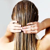 髪がパサパサなのはなぜ?原因とうるツヤ髪になれるヘアケア