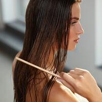 乾燥する季節に負けないヘアケア方法!人気アイテム3選も紹介♡