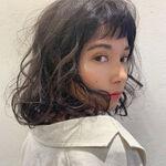 ミディアムヘアに個性をプラスしてくれるパーマ強めのおすすめスタイル