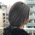 暗髪カラーは「ネイビーアッシュ」で透明感たっぷりの大人スタイルへ。