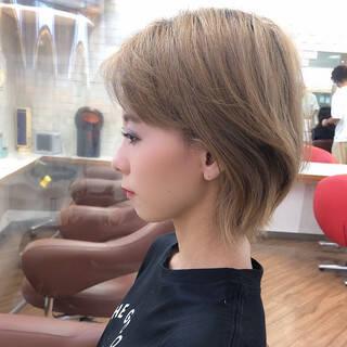 ショート ブリーチ ハイトーンカラー フェミニンヘアスタイルや髪型の写真・画像