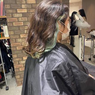 インナーカラー ウルフレイヤー ショート ナチュラルヘアスタイルや髪型の写真・画像