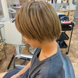ブリーチオンカラー モード ブルーアッシュ ショートヘアスタイルや髪型の写真・画像