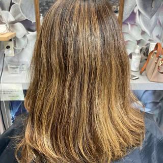 バレイヤージュ ナチュラル グレージュ インナーカラーヘアスタイルや髪型の写真・画像