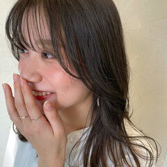 フェミニン セミロング オリーブグレージュ 透け感ヘア ヘアスタイルや髪型の写真・画像