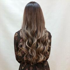 ヌーディーベージュ 外巻きパーマ ナチュラル ロング ヘアスタイルや髪型の写真・画像