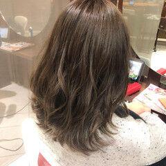 波ウェーブ ナチュラル ミディアム ミルクティーグレージュ ヘアスタイルや髪型の写真・画像
