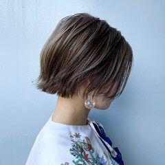 グレージュ 外ハネボブ 切りっぱなし モード ヘアスタイルや髪型の写真・画像