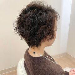 フェミニン カーリーヘアー ベリーショート 毛先パーマ ヘアスタイルや髪型の写真・画像