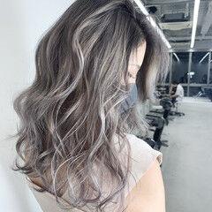 グレーアッシュ シルバーアッシュ バレイヤージュ エレガント ヘアスタイルや髪型の写真・画像