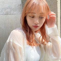 オレンジベージュ ハイトーン ミディアム 無造作ヘア ヘアスタイルや髪型の写真・画像