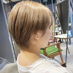 ショートヘア ナチュラル ブリーチオンカラー センターパート ヘアスタイルや髪型の写真・画像
