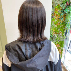 フェミニン 外ハネ シルバーグレージュ オリーブグレージュ ヘアスタイルや髪型の写真・画像