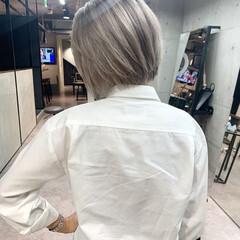 ホワイトアッシュ ホワイトブリーチ 秋冬スタイル ホワイトシルバー ヘアスタイルや髪型の写真・画像