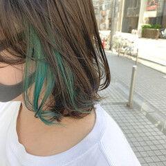 ミディアム グリーン インナーグリーン ポイントカラー ヘアスタイルや髪型の写真・画像
