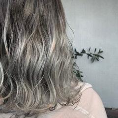 グラデーションカラー アッシュグラデーション ホワイトグラデーション ミディアム ヘアスタイルや髪型の写真・画像