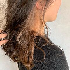 ゆるふわパーマ セミロング インナーカラー グレージュ ヘアスタイルや髪型の写真・画像