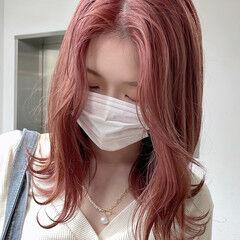 ピンクカラー セミロング ハイトーンカラー ガーリー ヘアスタイルや髪型の写真・画像