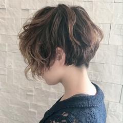 刈り上げ女子 抜け感 前下がりショート ナチュラル ヘアスタイルや髪型の写真・画像