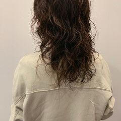 セミロング ゆるふわパーマ ストリート ウルフパーマヘア ヘアスタイルや髪型の写真・画像