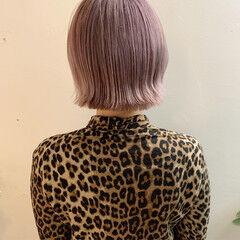 ミルクティーベージュ ハイトーンボブ ピンクベージュ 切りっぱなしボブ ヘアスタイルや髪型の写真・画像