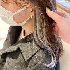 ナチュラル イヤリングカラーベージュ グレージュ インナーカラー ヘアスタイルや髪型の写真・画像