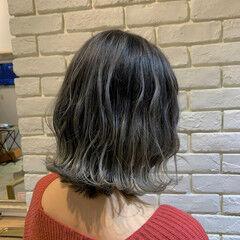 ミディアム ホワイトシルバー ストリート ホワイトハイライト ヘアスタイルや髪型の写真・画像