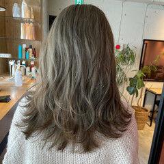 ブリーチオンカラー オリーブベージュ オリーブカラー フェミニン ヘアスタイルや髪型の写真・画像