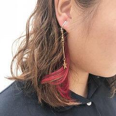 アクセサリーカラー ポイントカラー フェミニン インナーカラーレッド ヘアスタイルや髪型の写真・画像