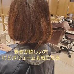 ミディアム ウェーブ デジタルパーマ ナチュラル ヘアスタイルや髪型の写真・画像