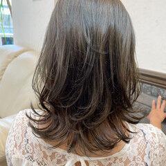 ミディアム コンサバ アッシュグレージュ 切りっぱなしボブ ヘアスタイルや髪型の写真・画像
