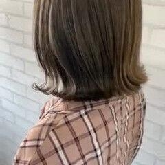 ミディアム カーキ 外ハネボブ 切りっぱなしボブ ヘアスタイルや髪型の写真・画像
