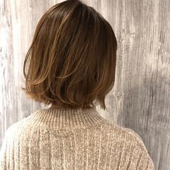 ミルクティーベージュ バレイヤージュ ベージュ 切りっぱなしボブ ヘアスタイルや髪型の写真・画像