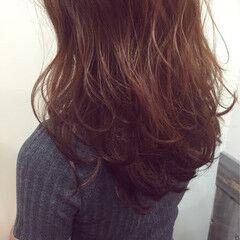 セミロング コーラル レッド 波ウェーブ ヘアスタイルや髪型の写真・画像
