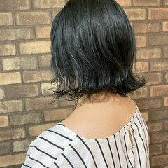イルミナカラー 外ハネ 大人ショート ブルーブラック ヘアスタイルや髪型の写真・画像