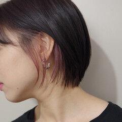 インナーピンク ハイライト ショートボブ 耳かけ ヘアスタイルや髪型の写真・画像