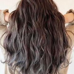 ロング 大人ハイライト バレイヤージュ アッシュグレー ヘアスタイルや髪型の写真・画像