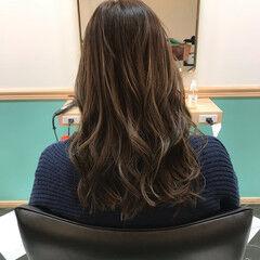 エアリー ロング ゆる巻き オリーブグレージュ ヘアスタイルや髪型の写真・画像