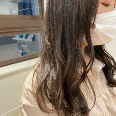 ホワイトグレージュ シルバーグレージュ ミディアム アッシュグレージュ ヘアスタイルや髪型の写真・画像
