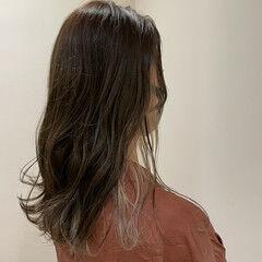 インナーカラー ミディアム 波ウェーブ ナチュラル ヘアスタイルや髪型の写真・画像
