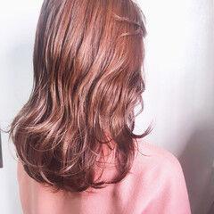 ピンクベージュ バレイヤージュ フェミニン セミロング ヘアスタイルや髪型の写真・画像