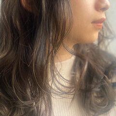 オリーブグレージュ 濡れ髪スタイル ロング ナチュラル ヘアスタイルや髪型の写真・画像