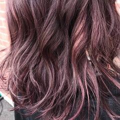 レッド ピンク ミディアム ベージュ ヘアスタイルや髪型の写真・画像
