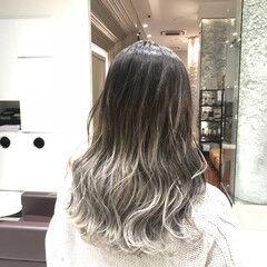 ロング 波ウェーブ グラデーションカラー ホワイトアッシュ ヘアスタイルや髪型の写真・画像