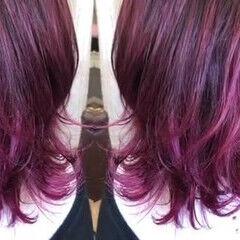 ピンク ミディアム カシスレッド バレイヤージュ ヘアスタイルや髪型の写真・画像