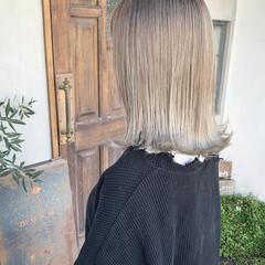 ミディアム ナチュラル ホワイトグラデーション 切りっぱなしボブ ヘアスタイルや髪型の写真・画像