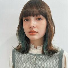 インナーカラー ミディアムヘアー ブリーチ必須 インナーブルー ヘアスタイルや髪型の写真・画像