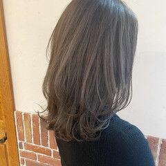 オリーブベージュ オリーブカラー セミロング ミルクティーベージュ ヘアスタイルや髪型の写真・画像