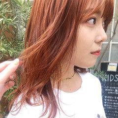 オレンジベージュ オレンジ ミディアムレイヤー ミディアム ヘアスタイルや髪型の写真・画像