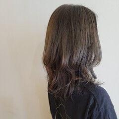 レイヤーカット セミロング レイヤーヘアー オリーブベージュ ヘアスタイルや髪型の写真・画像